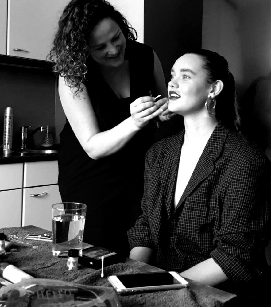 Make-up van model Britta wordt bijgewerkt