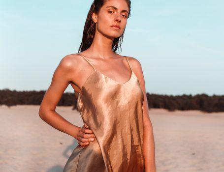 Model Liselore op het strand