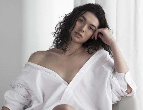 model marijke met blouse